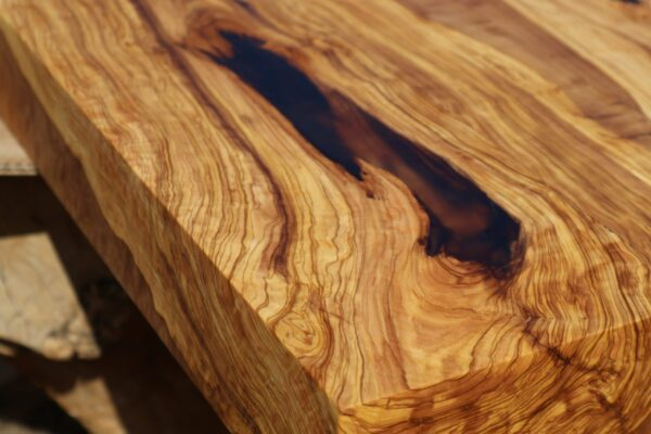 olive wood table top epoxid resin detail